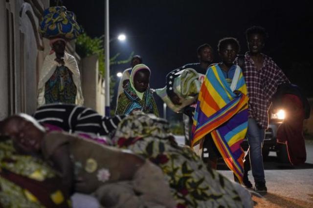 Des familles fuyant Goma, dorment près de la frontière, à Gisenyi, au Rwanda, le 23 mai 2021.