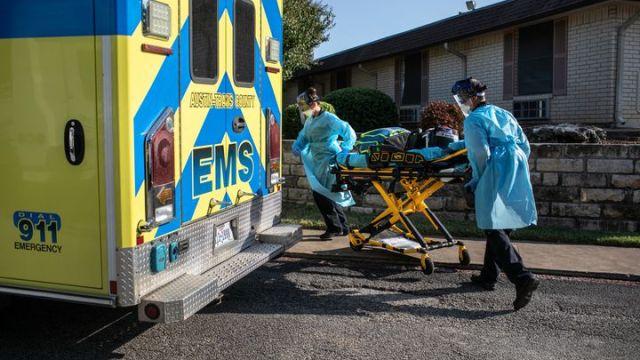 Des soignants des services médicaux d'urgence (EMS) d'Austin, au Texas (Etats-Unis),s'apprêtent à entrer dans une maison de retraite, le 5 août 2020. (JOHN MOORE / GETTY IMAGES NORTH AMERICA)