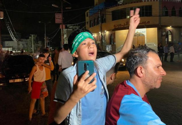 Les Palestiniens célèbrent dans les rues après un cessez-le-feu, à Gaza le 21mai2021.