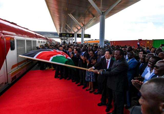 Le conseiller d'Etat chinois, Wang Yong, et le président kényan, Uhuru Kenyatta, lors de l'inauguration d'un service de fret, à Nairobi, le 17 décembre 2019.