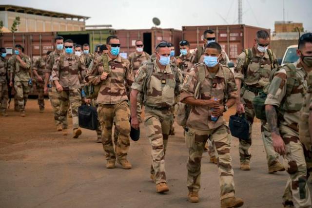 Des soldats français de l'opération « Barkhane» quittent leur base de Gao, au Mali, le 9 juin 2021.