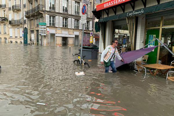 La brasserie de la place Cérès sous 20cm d'eau, en ce soir de fête de la musique.