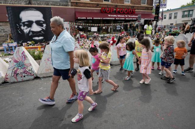 Des élèves de maternelle sur les lieux où est mort George Floyd, le 25 mai 2020.