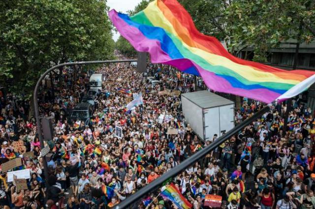 Plusieurs milliers de personnes ont défilé samedi à l'occasion de la dernière Marche des fiertés du quinquennat d'Emmanuel Macron.