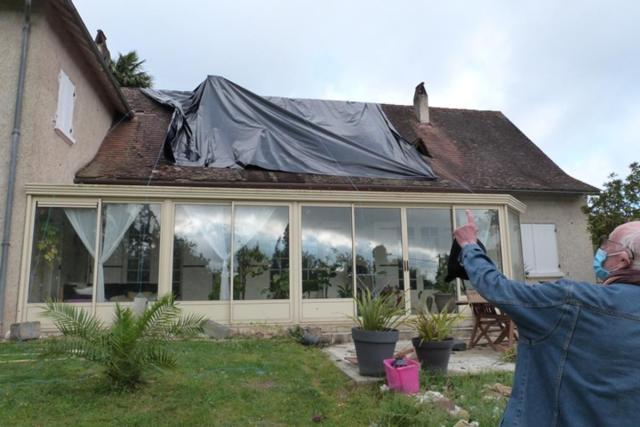 Des tuiles se sont envolées des toits de 25 maisons de Montpon-Ménestérol. Deux habitations ont été plus particulièrement touchées.
