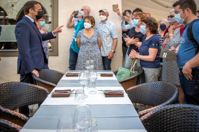 Emmanuel Macron, en visite dans le village de Martel (Lot), le 3 juin.
