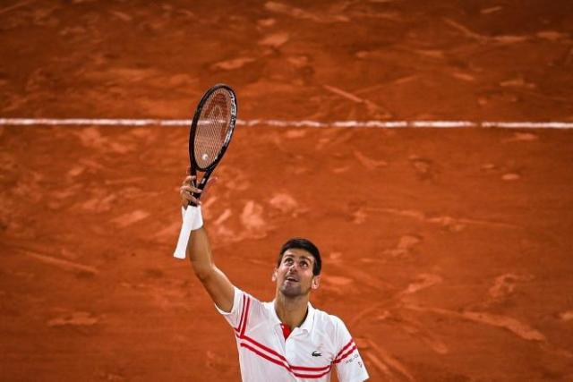 Le Serbe Novak Djokovic célèbre sa victoire contre l'Espagnol Rafael Nadal à Roland-Garros, le 11 juin 2021.
