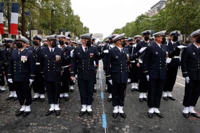 Des troupes de la marine française se préparent pour le défilé militaire sur l'avenue des Champs-Élysées, à Paris, le 14 juillet 2021.