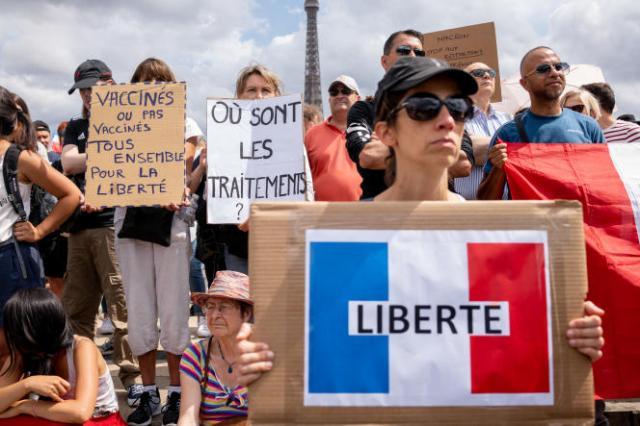 Lors de la manifestation contre l'instauration d'un passe sanitaire place du Trocadero à Paris, samedi 24 juillet.
