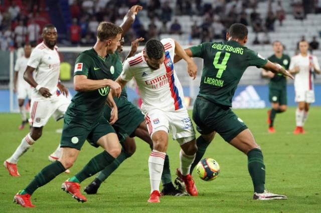 Le centre de Lyon Rayan Cherki, center, face à Wolfsburg lors du match amical à Déclines près de Lyon, le 17 juillet 2021.