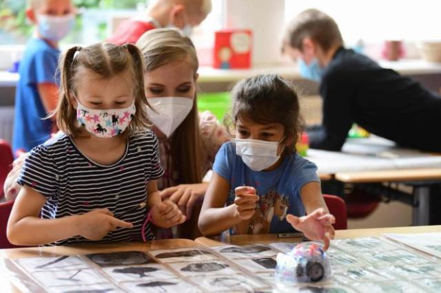 Des élèves portent des masques, lors de classes d'été, dans une école primaire, à Beckum (Allemagne), le 6 juillet 2021.