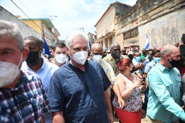 Le président Miguel Diaz-Canel est venu rencontrer des manifestants, à San Antonio de los Baños (Cuba), le 11 juillet 2021.