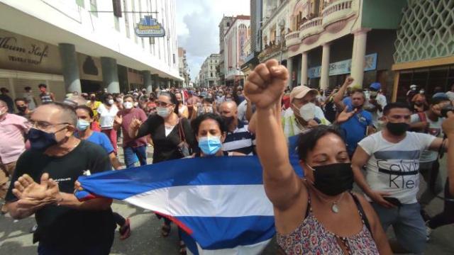Des manifestants dans les rues de San Antonio de los Baños, dimanche 11 juillet 2021.