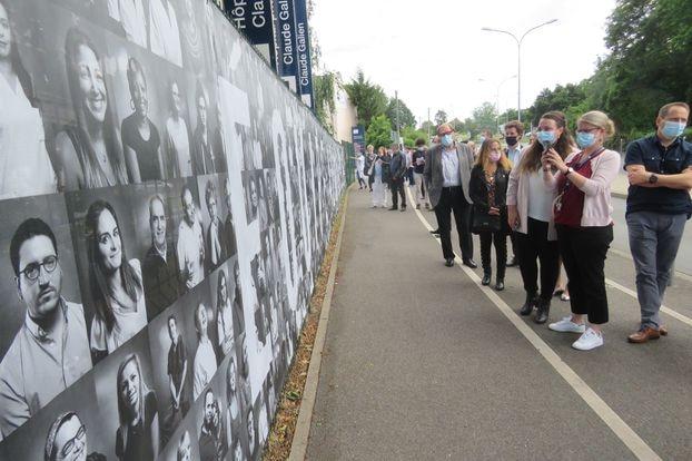 Quincy-sous-Sénart, mardi 6 juillet 2021. Près de 700 portraits s'exposent depuis ce mardi devant l'entrée de l'hôpital privé Claude Galien de Quincy-sous-Sénart.