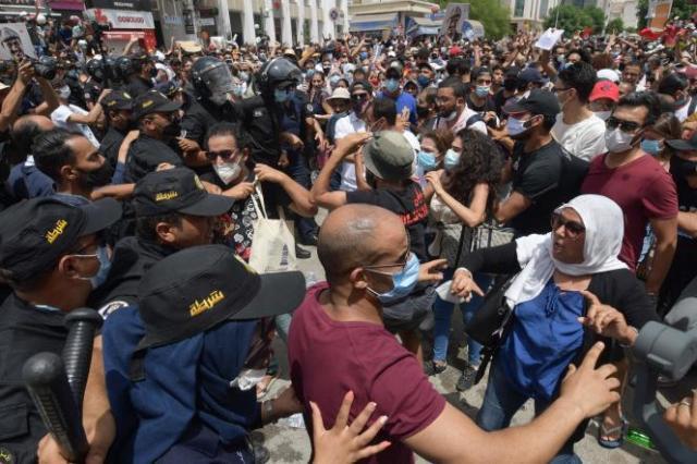 Des manifestants anti-gouvernement rassemblés devant le Parlement tunisien, le 25 juillet 2021.