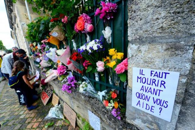 Plusieurs centaines de personnes et des proches émus aux larmes, avec fleurs et bougies, ont rendu hommage à la victime de 31ans, SandraP., devant sa maison.