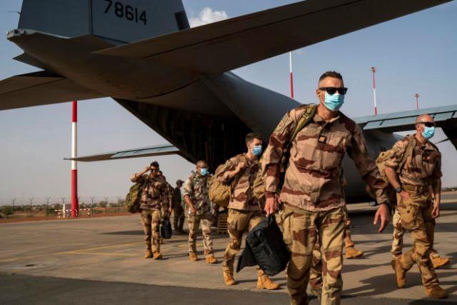 Des soldats français de la force Barkhane ayant quitté leur base de Gao, au Mali, lors de leur arrivée à Niamey au Niger, le 9 juin 2021.