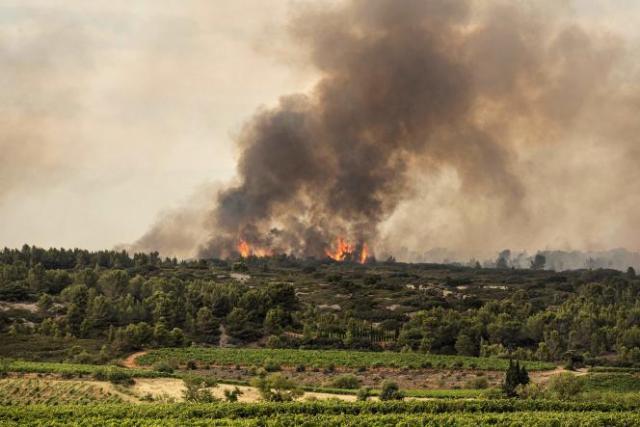 L'incendie vu depuis la ville de Fabrezan, dans l'Aude, le 24 juillet 2021.