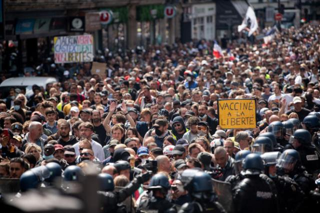 Près de 10 000 manifestants ont traversé Paris de Villiers à place de la Bastille sous étroite escorte policière samedi.