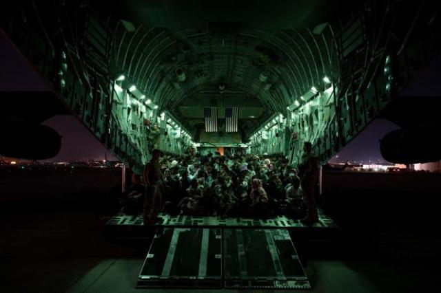 Avion de l'US Air Force lors d'une évacuationà l'aéroport international Hamid-Karzai de Kaboul, le 21 août 2021.