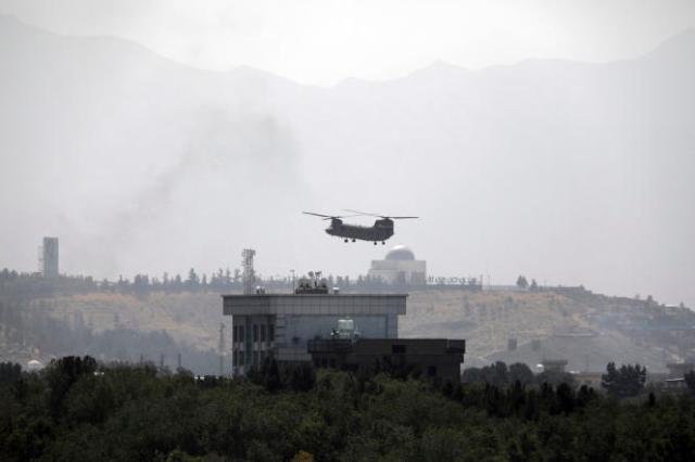 Un hélicoptère américain quittant l'ambassade américaine à Kaboul, le 15 août 2021.