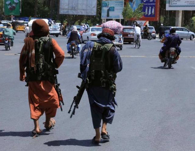 Des talibans patrouillants dans les rues de Herat, samedi 14 août 2021.
