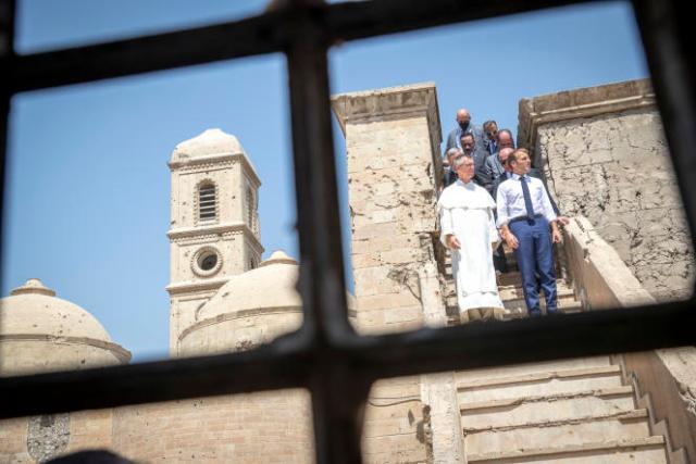 Emmanuel Macron visite l'église Notre-Dame-de-l'Heure de Mossoul, en cours de réhabilitation, le 29 août 2021.
