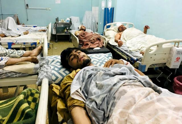 Des civils afghans à l'hôpital après l'attentat revendiqué par le groupe Etat islamique à l'aéroport de Kaboul, en Afghanistan, en août 2021.
