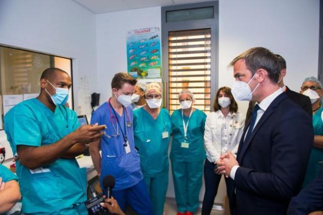 Le ministre de la santé Olivier Veran (à droite) avec des soignants au CHU de Fort de France, en Martinique, le 12 août 2021.