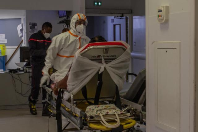 Des infirmiers déplacent une patiente au service Covid-19 à l'hôpital de La Meynard,Fort-de-France, Martinique, le 28 juillet 2021.