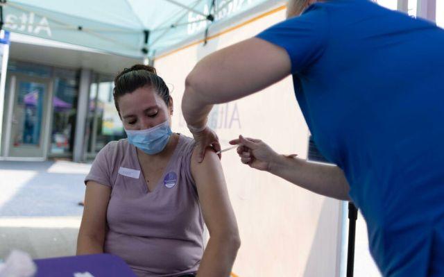 Une patiente se fait vacciner contre le Covid-19 dans un centre de vaccination de Los Angeles, en août, aux Etats-Unis. REUTERS/Lucy Nicholson