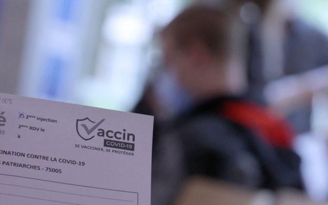 Un jeune homme patiente pour se faire vacciner, à la Maison de la région Île-de-France. LP/Philippe Lavieille
