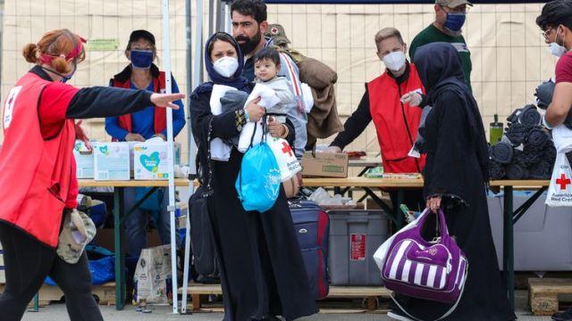 Des réfugiés afghans sur la base aérienne américaine de Ramstein (Allemagne), le 26 août 2021. (ARMANDO BABANI / AFP)