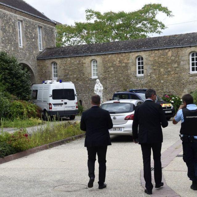 Des gendarmes à Saint-Laurent-sur-Sèvre (Vendée), où un prêtre a été retrouvé mort, le 9 août 2021. (SEBASTIEN SALOM-GOMIS / AFP)