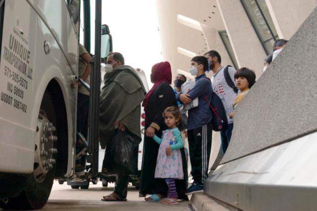 Des familles afghanes après leur arrivée à l'aéroport international de Washington Dulles, à Chantilly, en Virginie, le jeudi 26 août 2021.