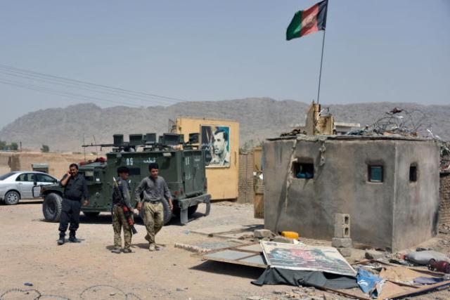 Des soldats afghans inspectant les lieux d'une attaque à la bombe, le 6 juillet 2021 dans la province de Kandahar.