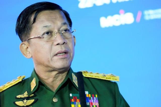 Le chef de la junte, le général Min Aung Hlaing, livre un discours à Moscou, en Russie, le 23 juin 2021.