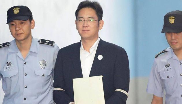 Le leader de Samsung, en liberté conditionnelle, sera libéré vendredi