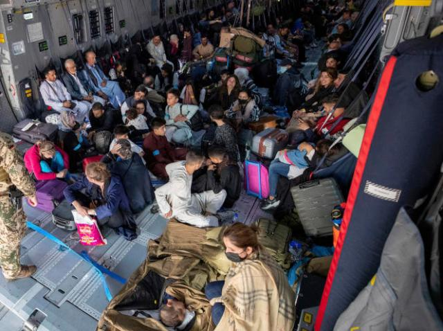 Evacuation dans un avion allemand à l'aéroport de Kaboul, le 17 août.