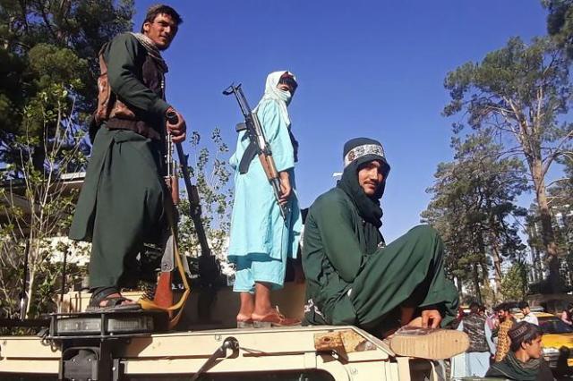 Des talibans à Herat, le 13 août. Les insurgés islamistes ont conquis, la veille, la troisième plus grande ville d'Afghanistan