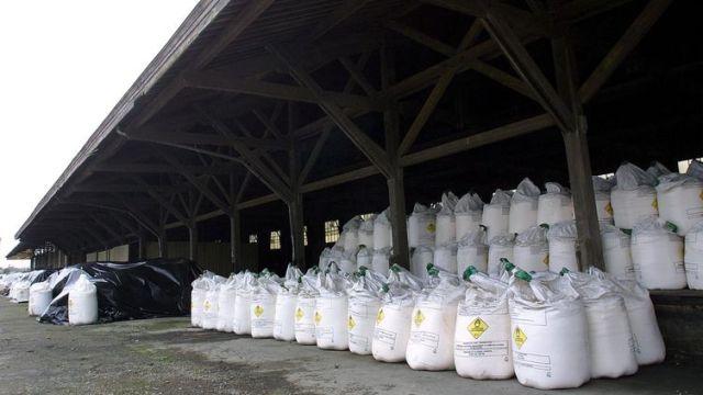 Un stockage de nitrate d'ammonium découvert dans un hangar, en 2001 (illustration). (BEP/OUEST FRANCE/MAXPPP)
