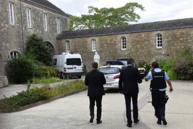Devant le bâtiment de la congrégation missionnaire des Montfortains, à Saint-Laurent-sur-Sèvre (Vendée), où le père Olivier Maire a été assassiné le lundi 9 août 2021.