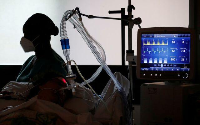 Un malade du Covid-19 est pris en charge à l'hôpital privé Centre cardiologique du Nord à Saint-Denis, le 4 mai 2021. REUTERS/Benoit Tessier