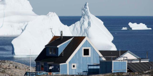 Deuxième calotte glaciaire après l'Antarctique, avec une surface de près de 1,8 million de kilomètres carrés, la couche de glace qui recouvre le Groenland suscite l'inquiétude des scientifiques