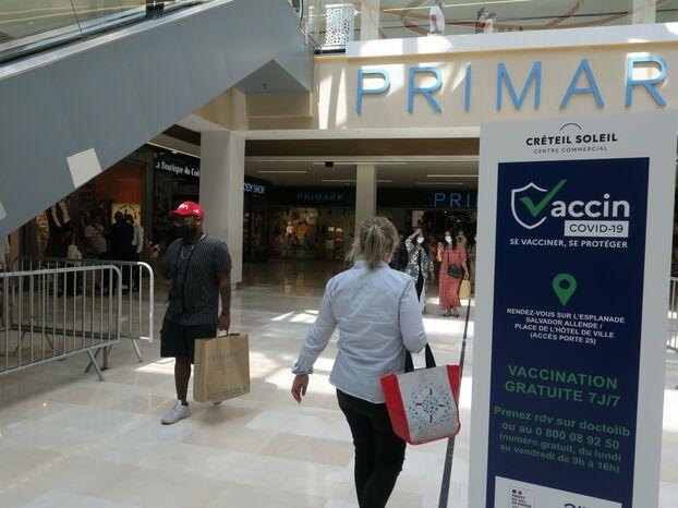 Le pass sanitaire ne sera pas contrôlé aux entrées de Créteil Soleil, mais le sésame est toujours demandé devant celles des restaurants de ce centre commercial. LP/Laure Parny