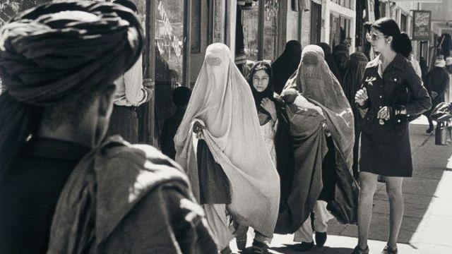 Dans une rue d'une ville afghane (dont le nom n'est pas précisé), en 1972. (LAURENCE BRUN / GAMMA-RAPHO / GETTY IMAGES)