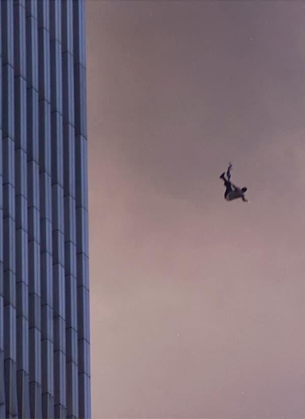 Une personne tombant dans le vide depuis l'une des tours du World Trade Center. De nombreuses personnes prises au piège dans les deux tours ont préféré se jeter dans le vide plutôt que de mourir dans l'incendie.