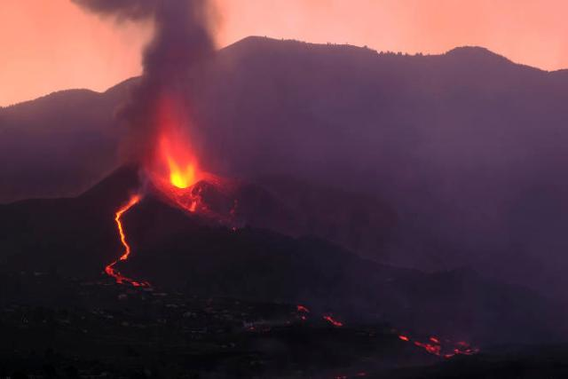 La fermeture de l'aéroport de La Palma avait coïncidé avec l'apparition de nouveaux foyers de lave, l'effritement d'une partie du cône et une intensification globale de l'activité du volcan, entré en éruption dimanche dernier.