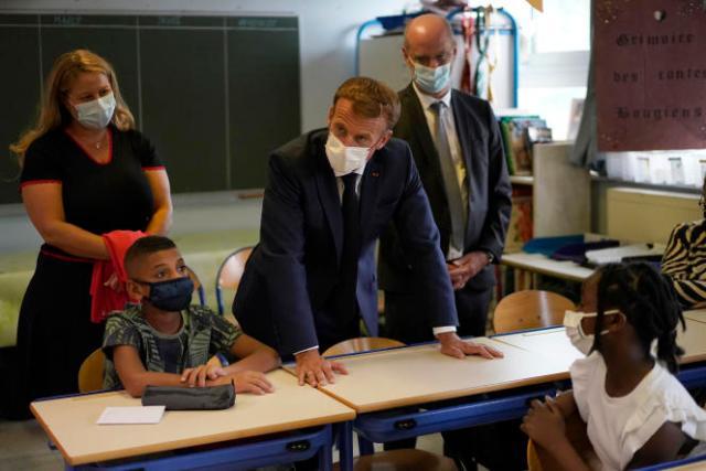 Le président de la République, Emmanuel Macron, et le ministre de l'éducation nationale, Jean-Michel Blanquer, en visite dans une école primaire de Marseille, le 2 septembre 2021.