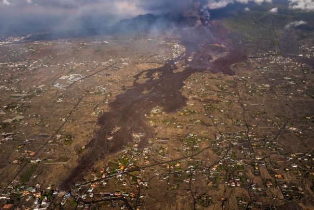 Une coulée de lave s'étire loin du volcan Cumbre Vieja, sur l'île de La Palma aux Canaries, le 23 septembre 2021.
